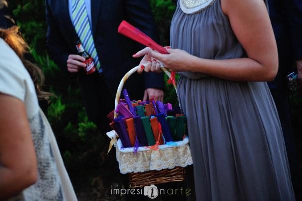 Amigas de la novia repartiendo abanicos de colores entre las invitadas