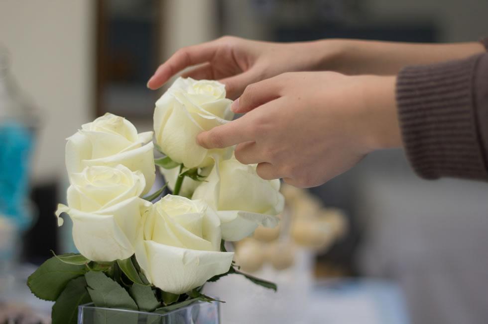 Detalles de rosas blancas y tonos azules para decorar el Salón Bitácora