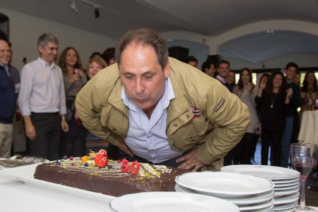 Jesús sopla las velas de su tarta de cumpleaños