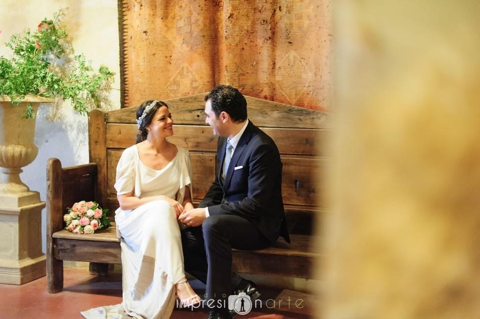 Raúl y Alicia posan para el fotógrafo de su boda