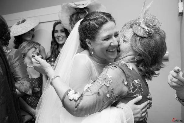 Nuestra novia, Ana, abraza a una de sus invitadas