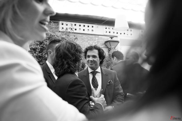 Antonio, nuestro novio atiende a los invitados durante el coctel