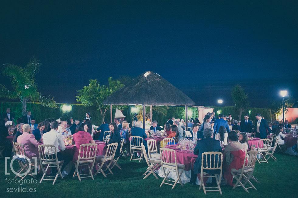Los invitados cenando durante el convite de la boda de Marta y Joaquín