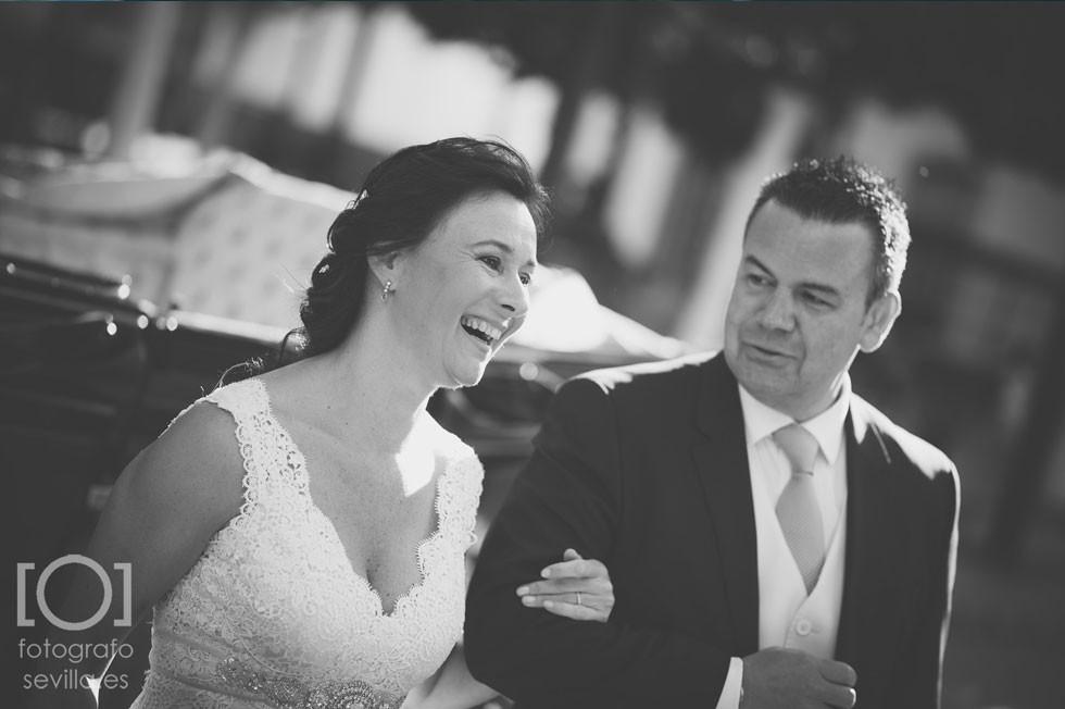 El padrino de la boda ofrece su brazo a la novia para entrar en la ceremonia civil