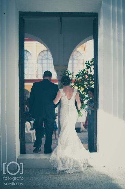 La novia entrando con el padrino en el patio del ayuntamiento