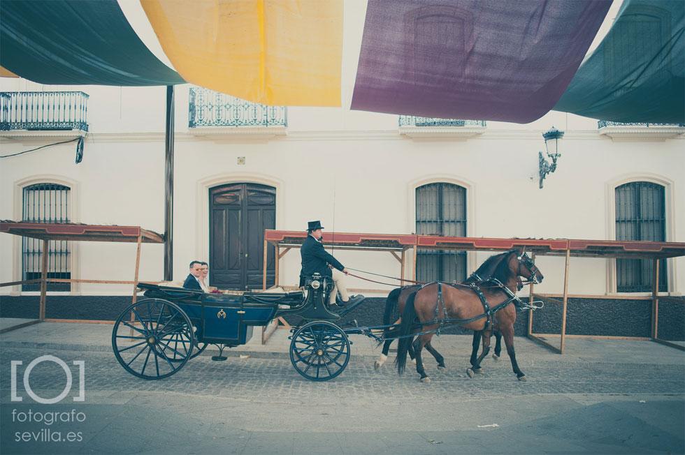 La novia y el padrino llegan a la ceremonia en coche de caballos