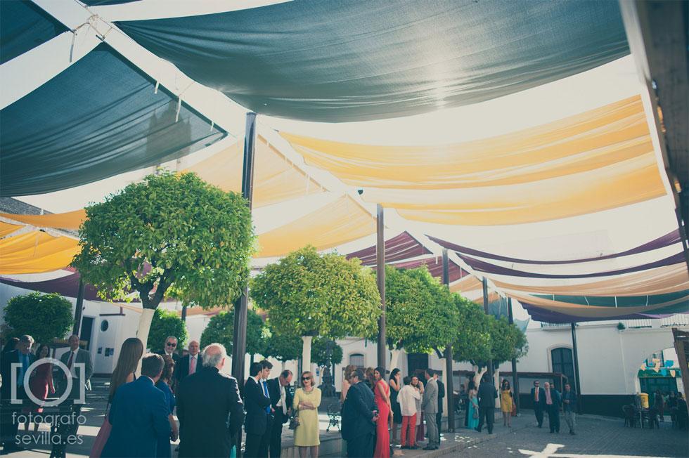 El novio y los invitados a la boda esperan la llegada de la novia
