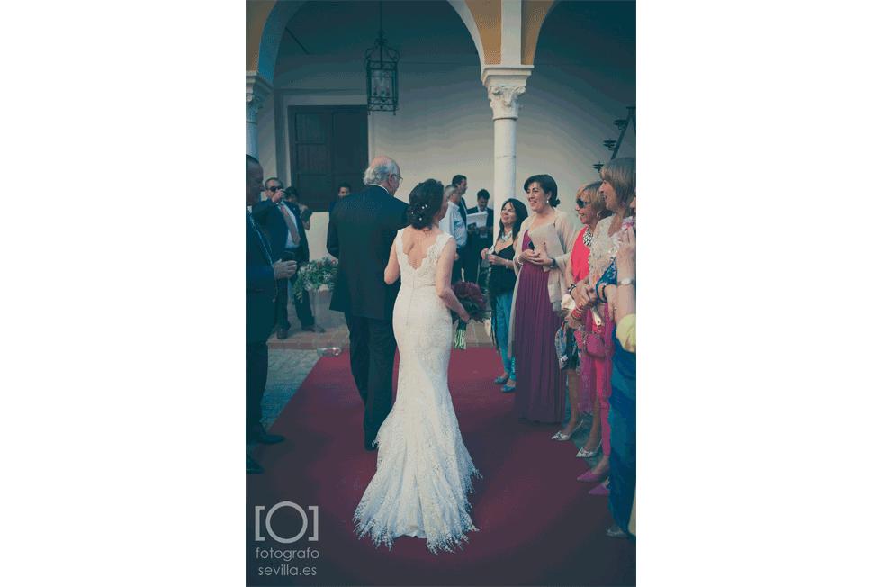 Los recién casado saludan a sus invitados después de la ceremonia civil