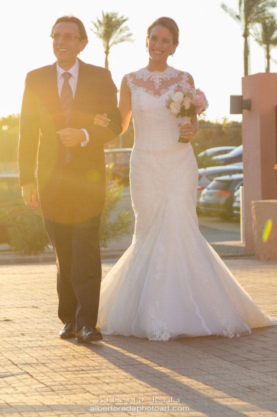 Nuestra novia María con el padrino llega a la ceremonia