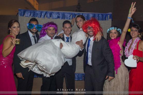 Los novios se lo pasaron genial con sus invitados posando en su photocall