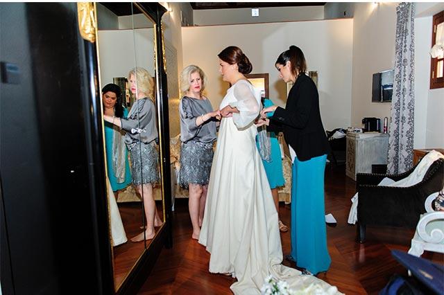 Ángela ayudando a la novia a vestirse