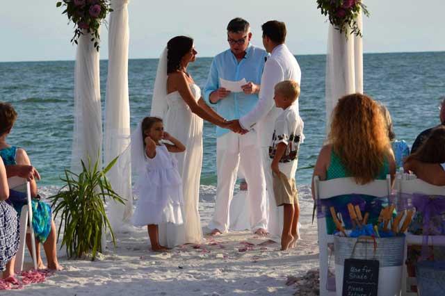 Los mejores consejos para ser la invitada perfecta en una boda en la playa