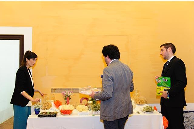 El equipo de De boda con Ángela preparando la mesa dulce de la boda de S&A