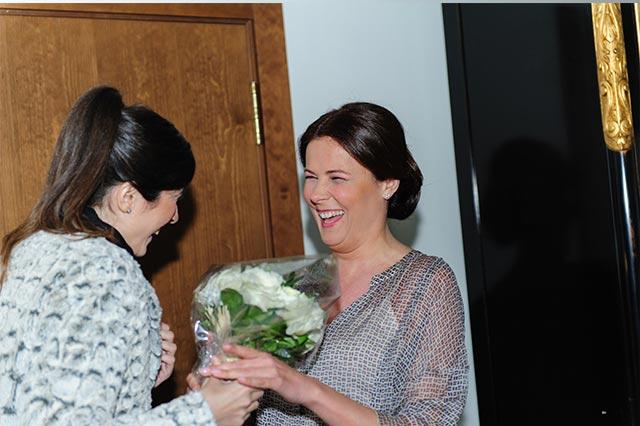 Ángela Caparroz entregando el ramo a S
