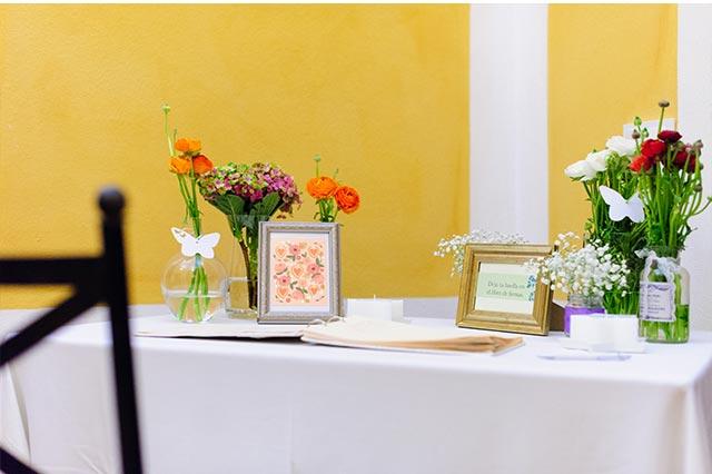 Detalles de la mesa de firmas en la boda de S&A