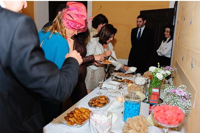 Los invitados a la boda de S&A disfrutan de la mesa dulce