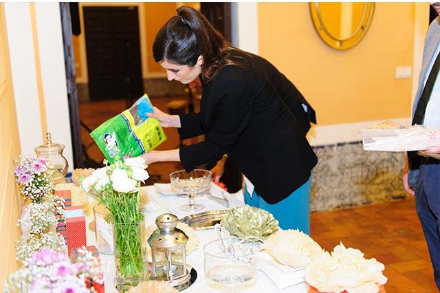 Ángela Caparroz preparando personalmente la mesa dulce para la boda de S&A