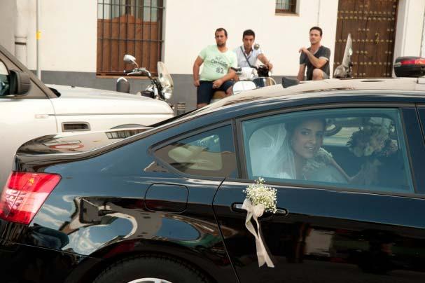 Carmen, la novia llegando a la iglesia