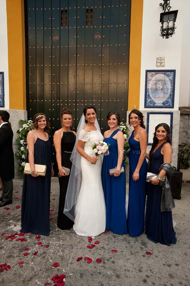 Invitadas posando con la novia en la puerta de la iglesia de Las Aguas
