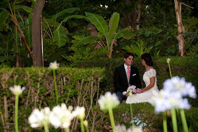 Carmen y Joaquín durante su boda en los jardines del Hotel Alfonso XIII
