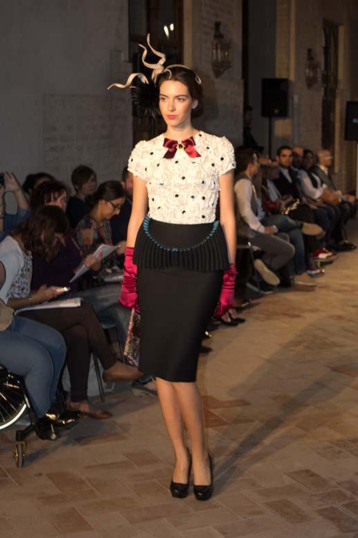 Blusa blanca falda lapiz desfile Antonio Postigo