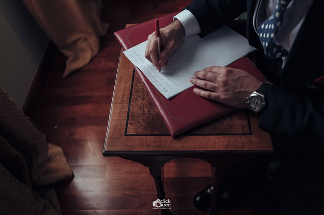 Antonio escribe una carta con un presente para Edith
