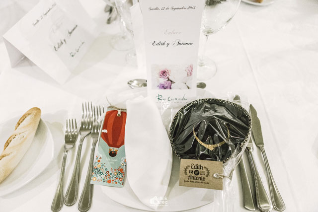 Detalle de la mesa de invitados para los hombres