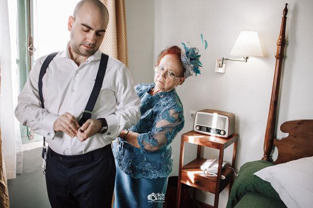 María, la madre de Antonio le ayuda a vestirse