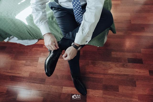 Antonio ata los cordones de sus zapatos