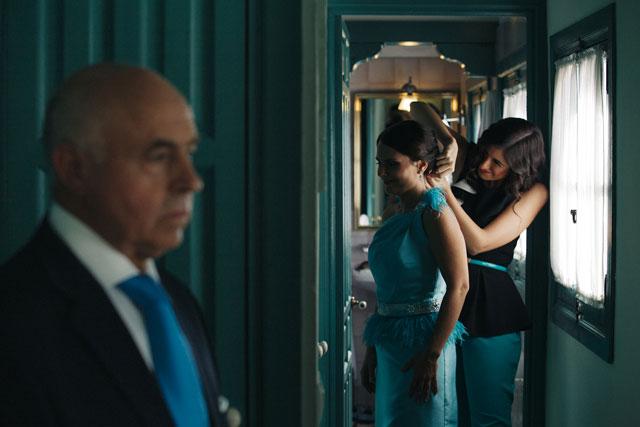 De boda con Ángela ayuda a la hermana del novio con los últimos preparativos de la boda