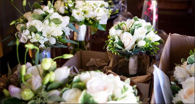 Preparando los adornos florales para una boda sencilla