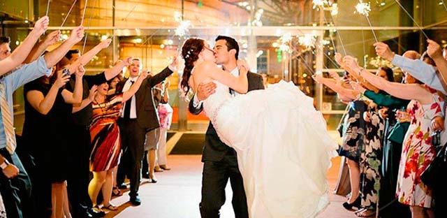 Una entrada de novios a su banquete de boda, de lo más romántica