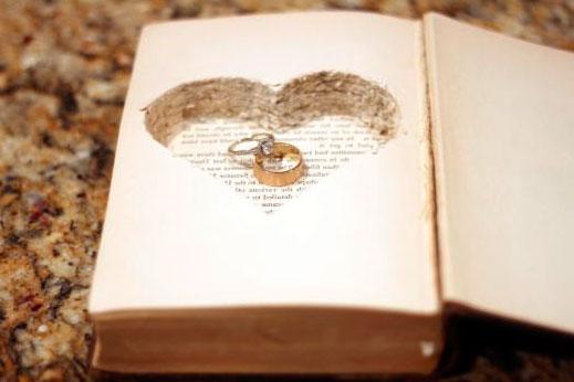 Una idea muy romántica para sorprenderos con las alianzas de la boda con un libro