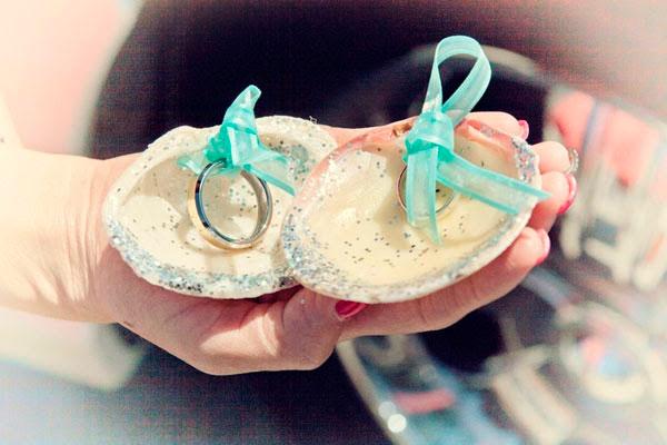 Utilizar unas conchas para llevar los anillos de boda si celebras la ceremonia en la playa