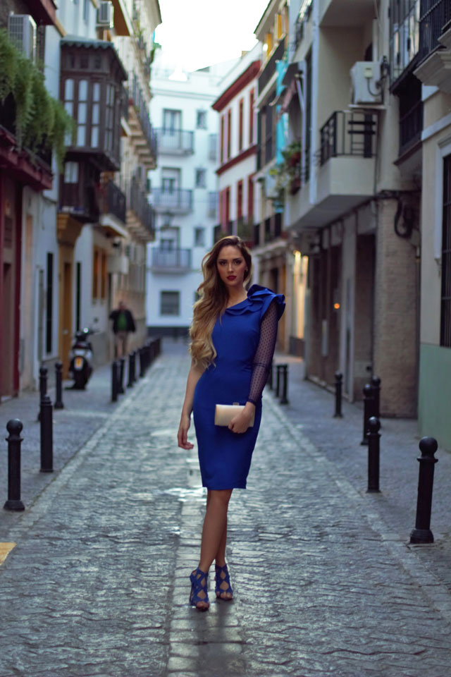 Vestido azul Klein con zapatos en el mismo tono y un clucth metalizado