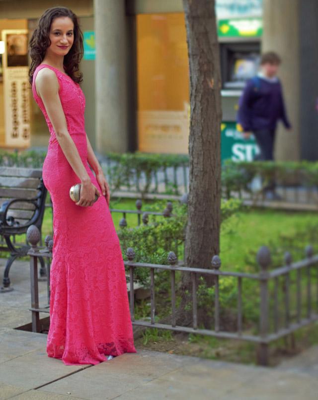 Espectacular vestido rosa fucsia de encaje con espalda transparente