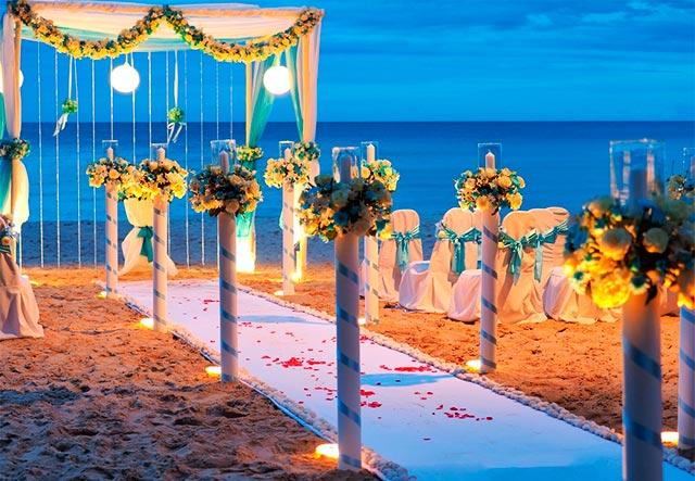 Altar para ceremonia de boda en la playa al atardecer