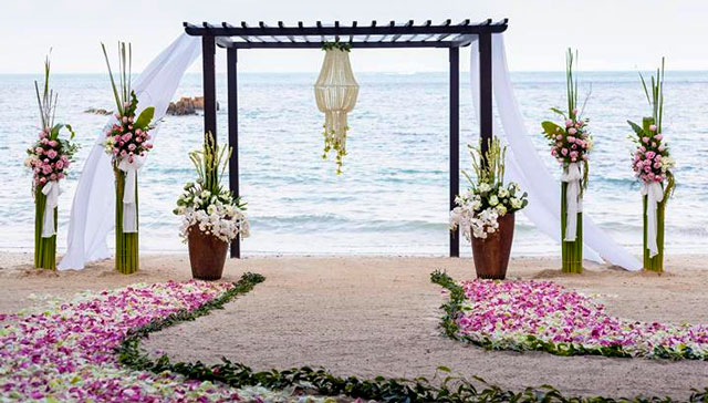 Altar para una ceremonia civil en la playa