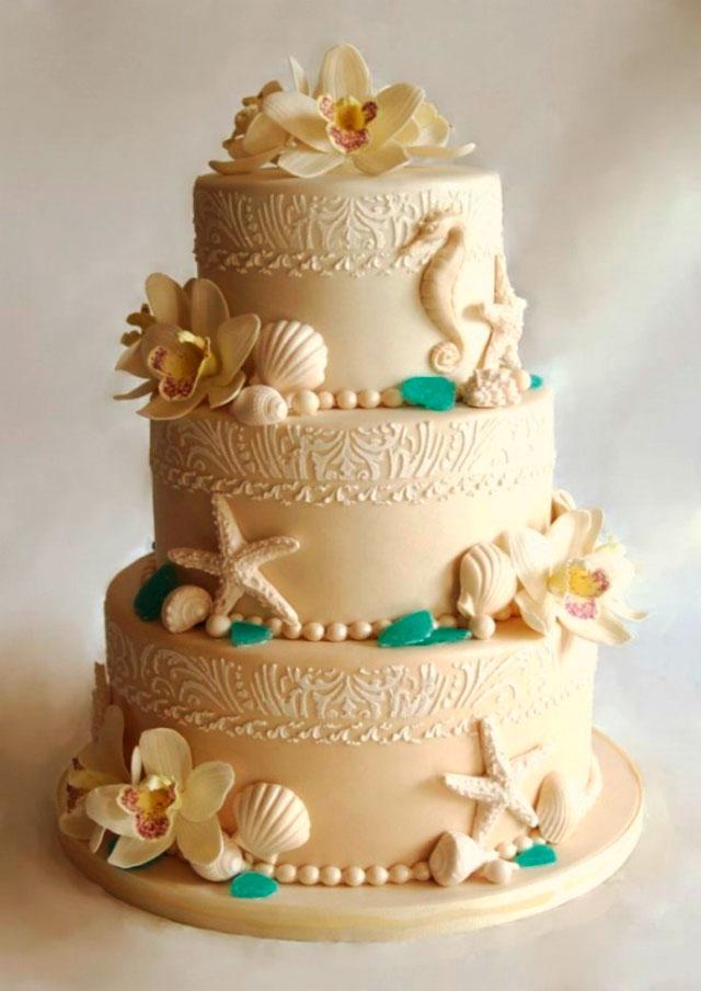 Original tarta para una boda en la playa, con conchas y estrellas de mar