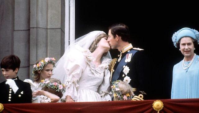 Carlos de Inglaterra y Diana de Gales asomados al balcón durante su boda