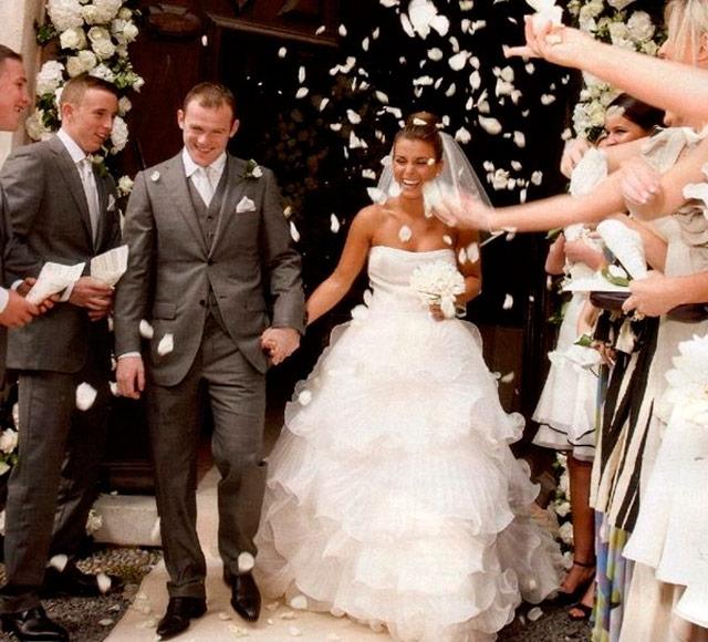 Wayne Rooney y Coleen McLoughlin saliendo de la iglesia el día de su carísima boda