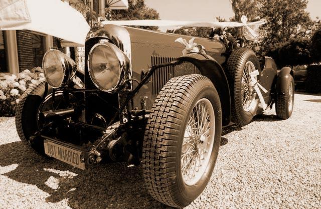 Preciosos coches de época antiguos para bodas