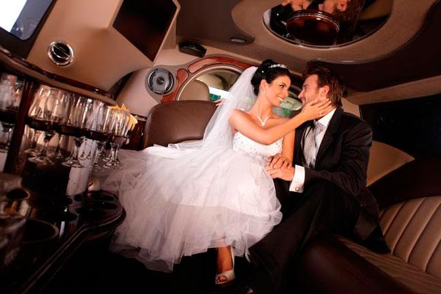 Lujosa imusina para los novios el día de su boda