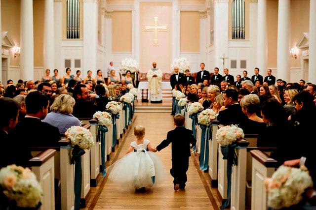C mo decorar el pasillo de la iglesia para una boda - Decorar pasillo con fotos ...