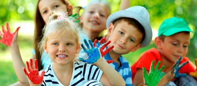 Rincones de manualidades para que los niños se diviertan durante una boda