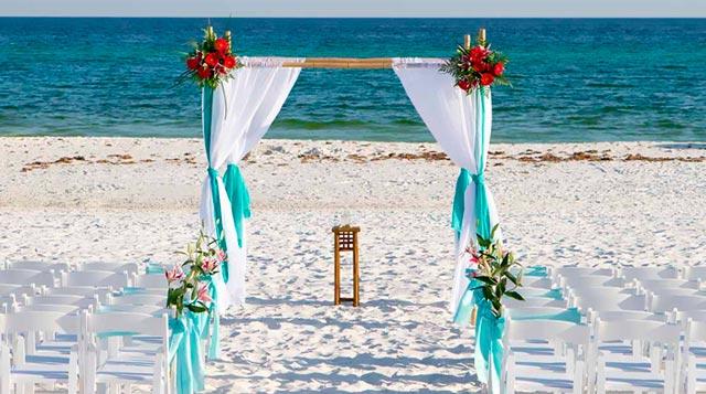 Altar para una boda en la playa en verano de 2017