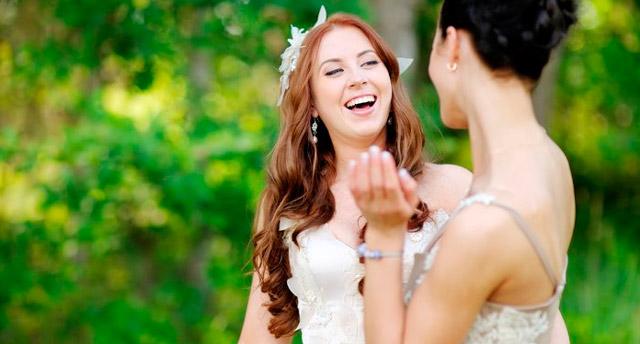Novia pidiéndole ayuda a una amiga, hermana... durante su boda