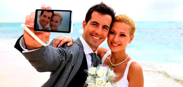Pareja de recién casados echándose un selfie
