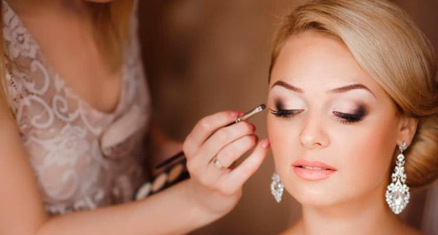 Sesión de maquillaje de una novia antes de su boda