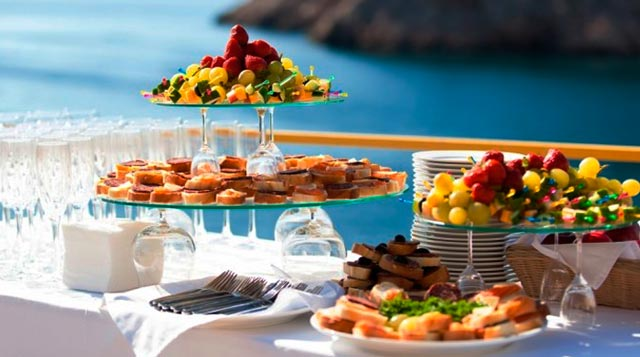 Aperitivos, snacks y frutas indispensables en una boda en la playa